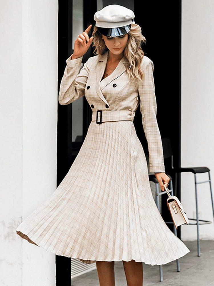 Beżowa długa sukienka żakietowa z paskiem w kratkę 2