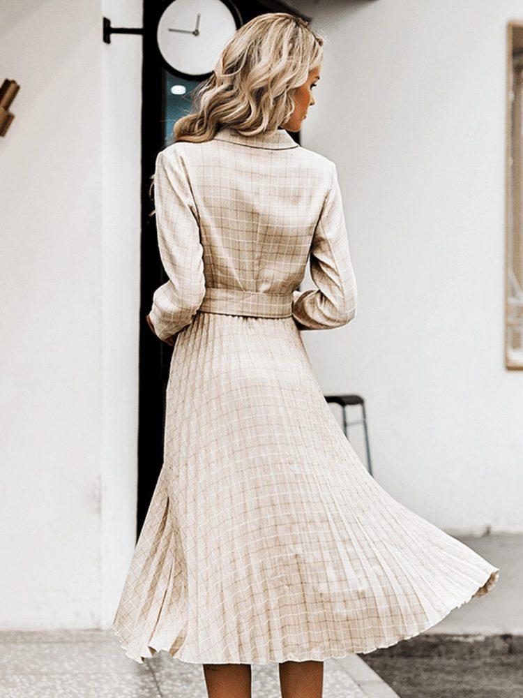 Beżowa długa sukienka żakietowa z paskiem w kratkę 3