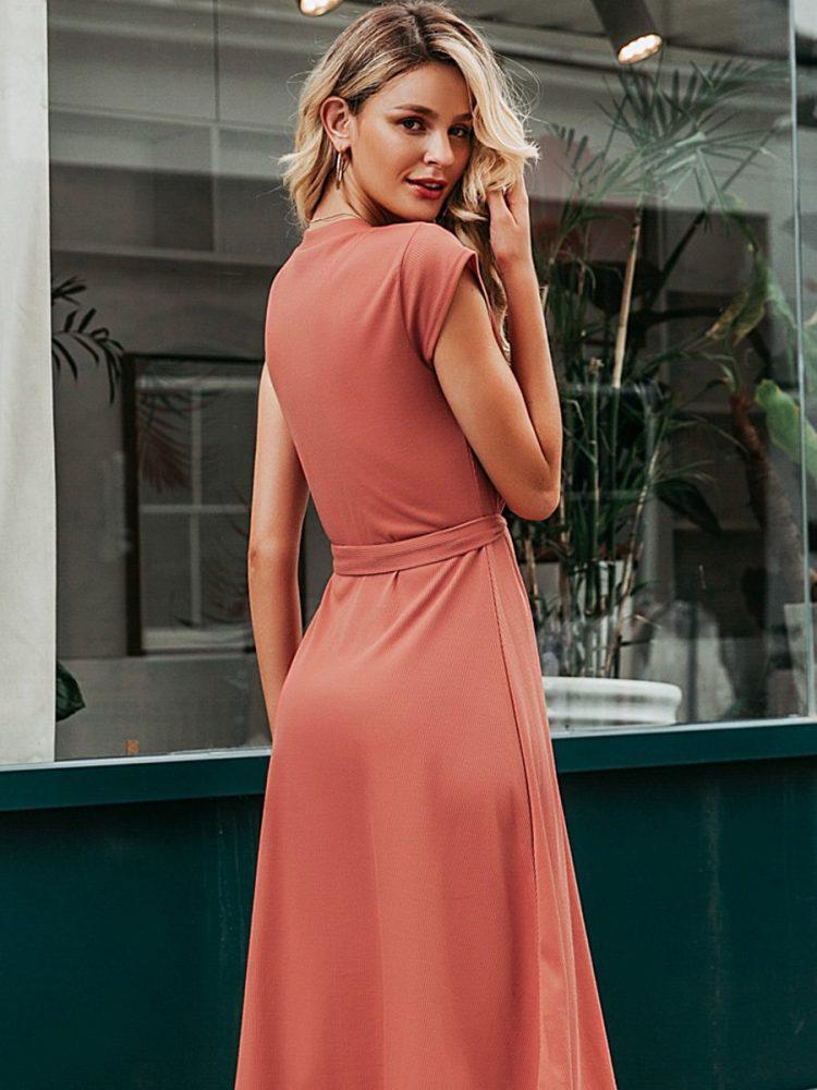 Koralowa sukienka wiązana w talii o długości midi 3