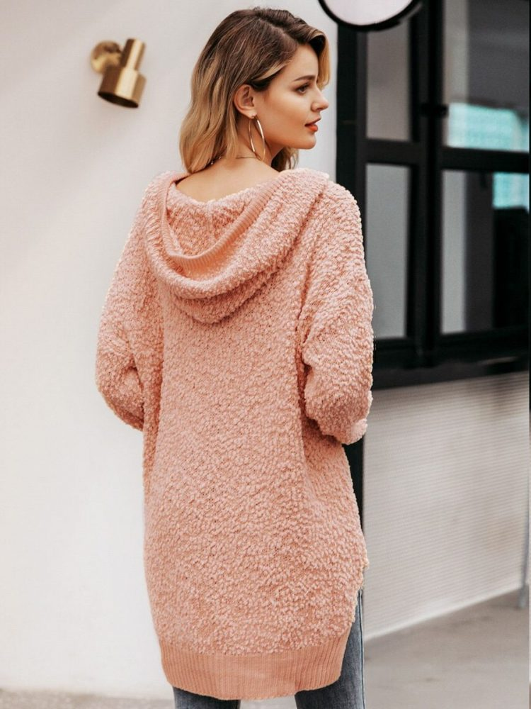 Asymetryczny sweter pudrowy z kapturem 3