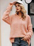 Asymetryczny sweter pudrowy z kapturem 4