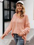 Asymetryczny sweter pudrowy z kapturem 5