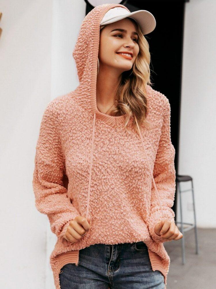 Asymetryczny sweter pudrowy z kapturem