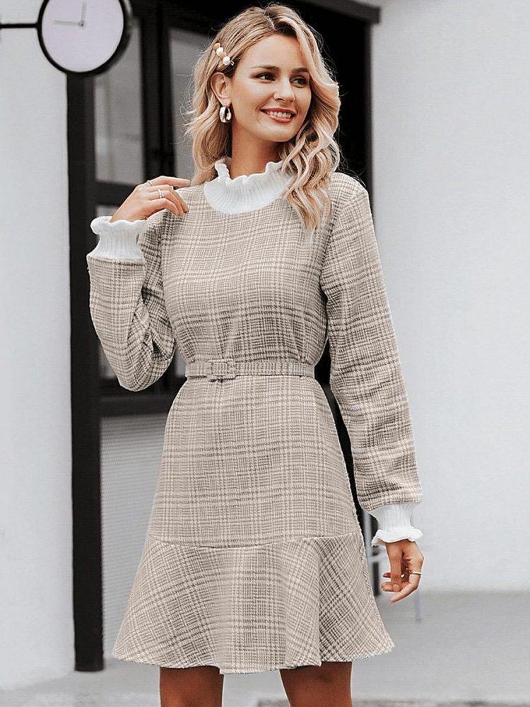 Beżowa sukienka z półgolfem w kratkę i paskiem 2