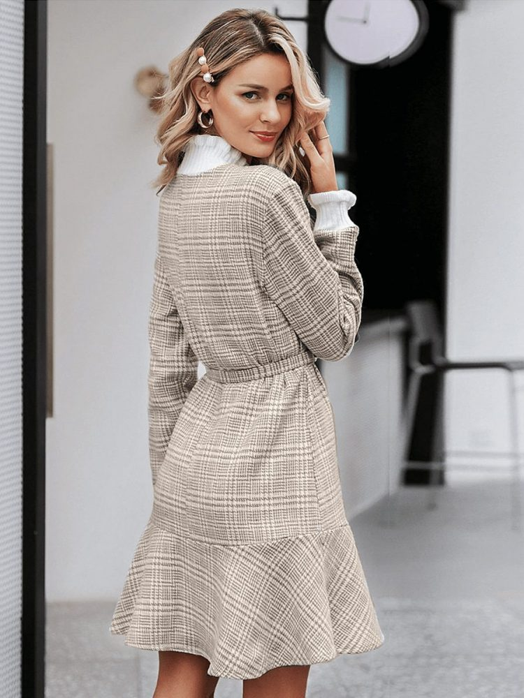 Beżowa sukienka z półgolfem w kratkę i paskiem 3