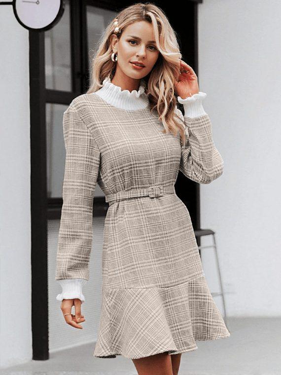 Beżowa sukienka z półgolfem w kratkę i paskiem