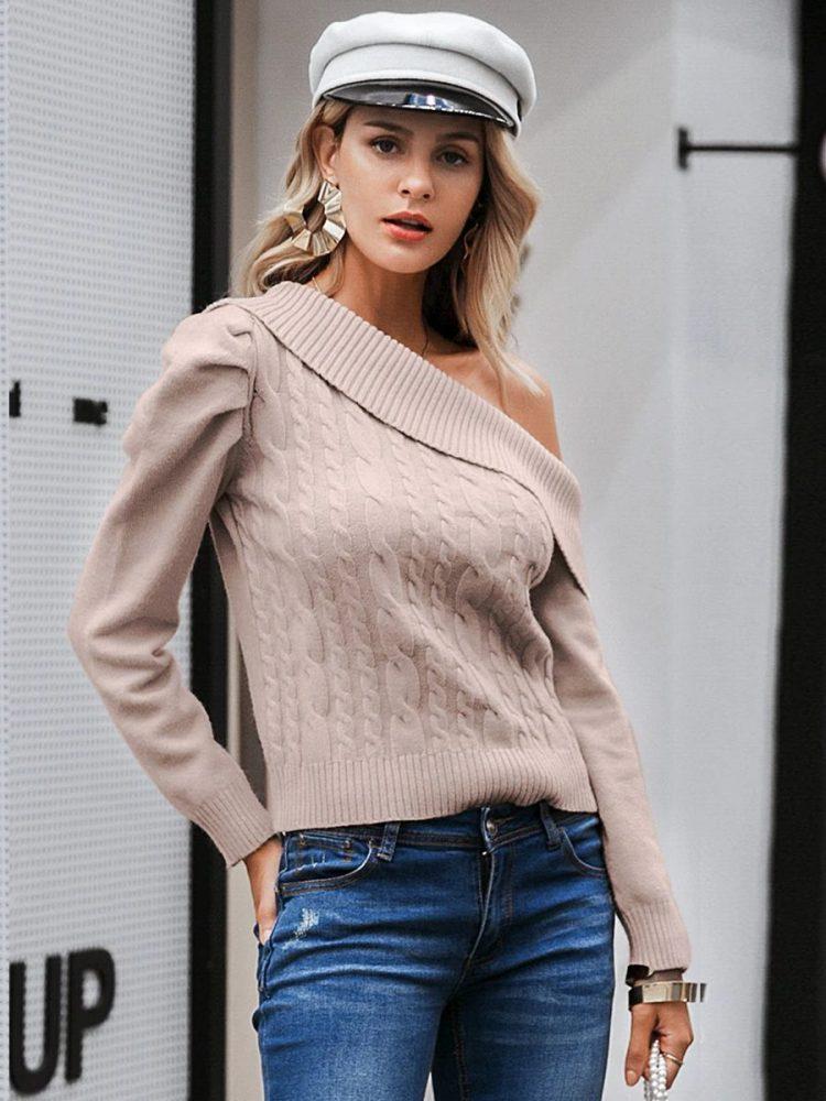 Beżowy sweter z odkrytym ramieniem i warkoczami 2