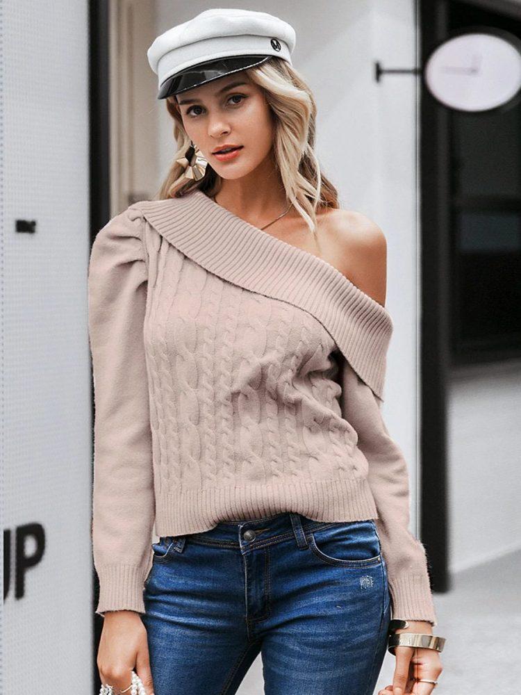 Beżowy sweter z odkrytym ramieniem i warkoczami 3