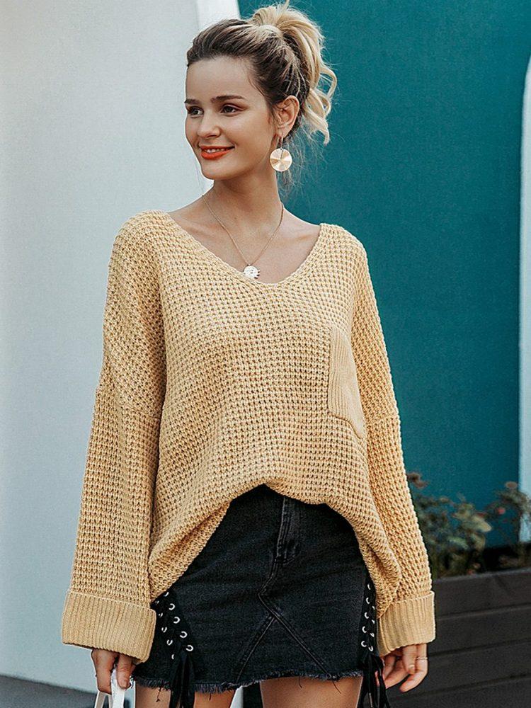 Musztardowy sweter w serek z kieszonką na przodzie