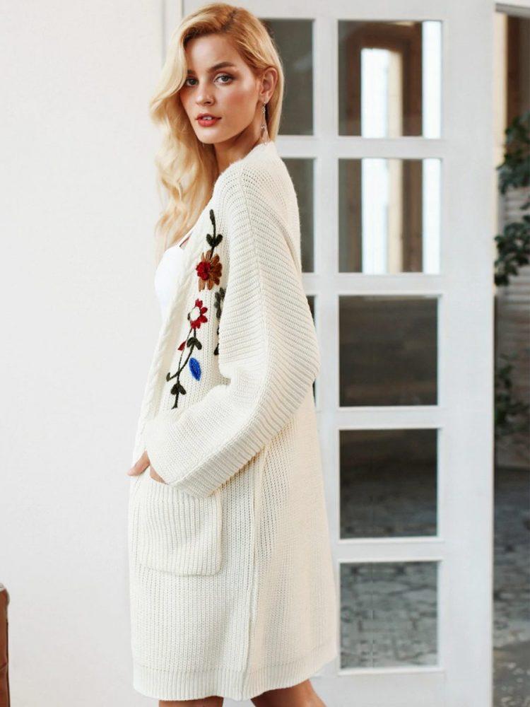 Biały gruby kardigan damski haftowany 3