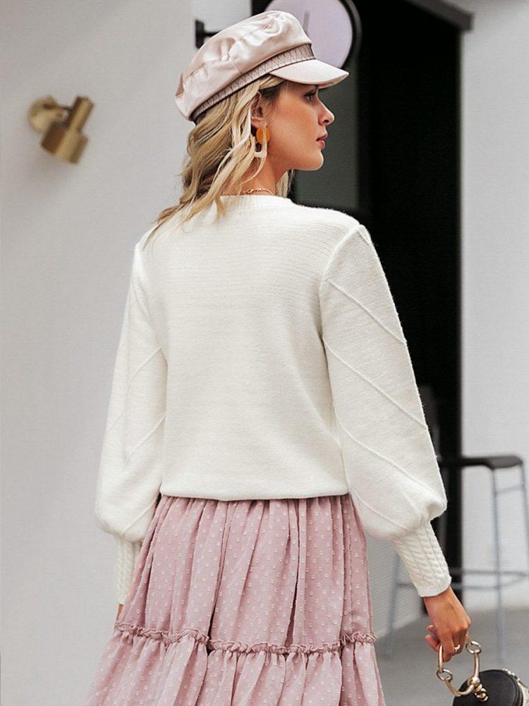 Biały sweter z kulkami na przodzie 2