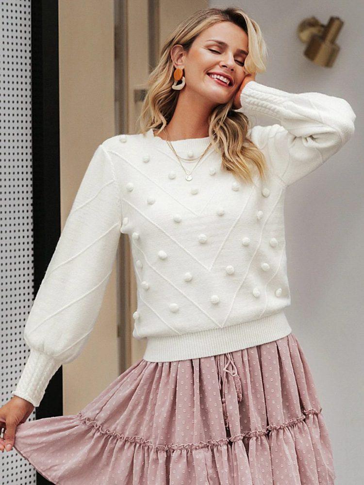 Biały sweter z kulkami na przodzie 3
