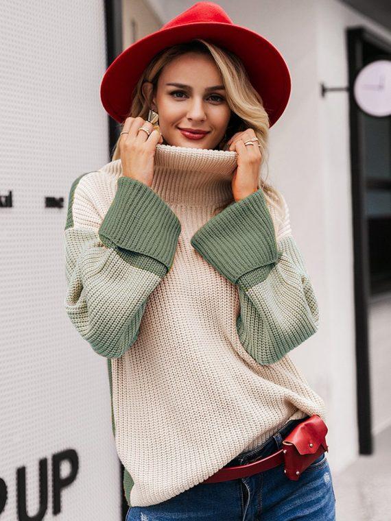 Kolorowy sweter z grubym golfem i mankietami