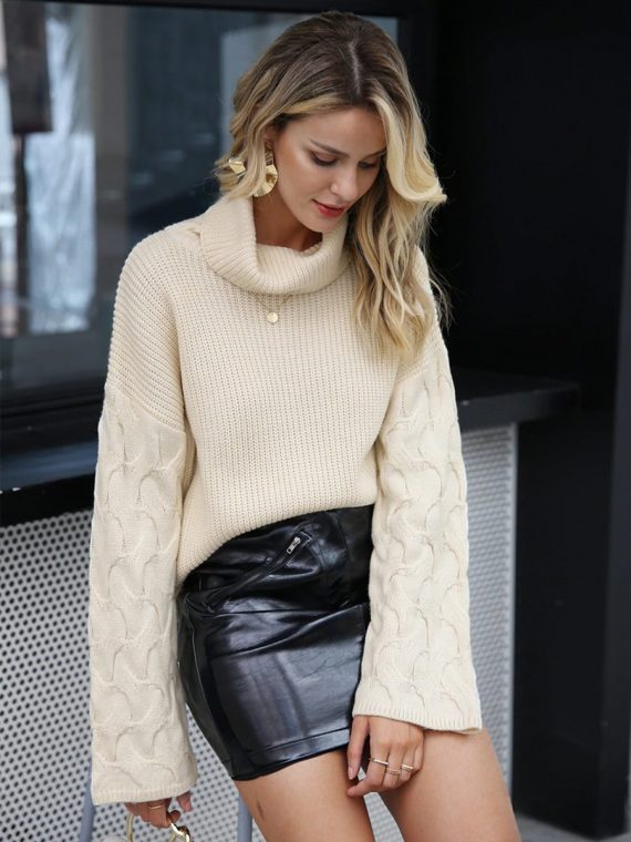 Kremowy sweter z warkoczami na rękawach i golfem 1