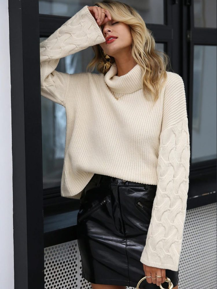 Kremowy sweter z warkoczami na rękawach i golfem 2