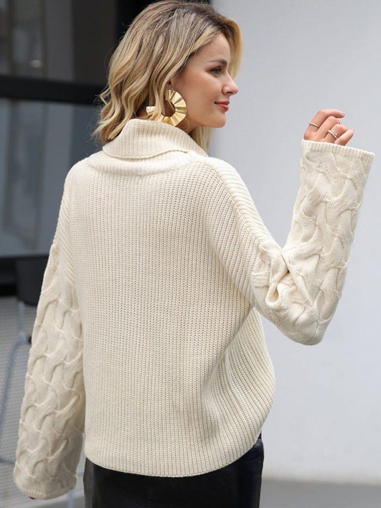 Kremowy sweter z warkoczami na rękawach i golfem 3
