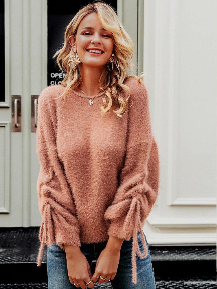 Łososiowy puchaty sweter z wiązaniem na rękawach