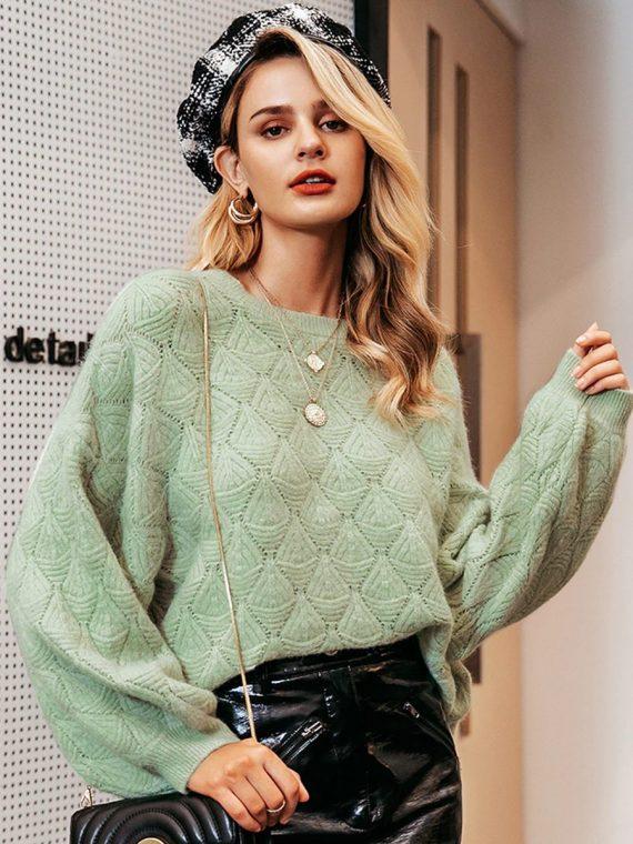 Miętowy sweter o luźnym kroju w tłoczone romby