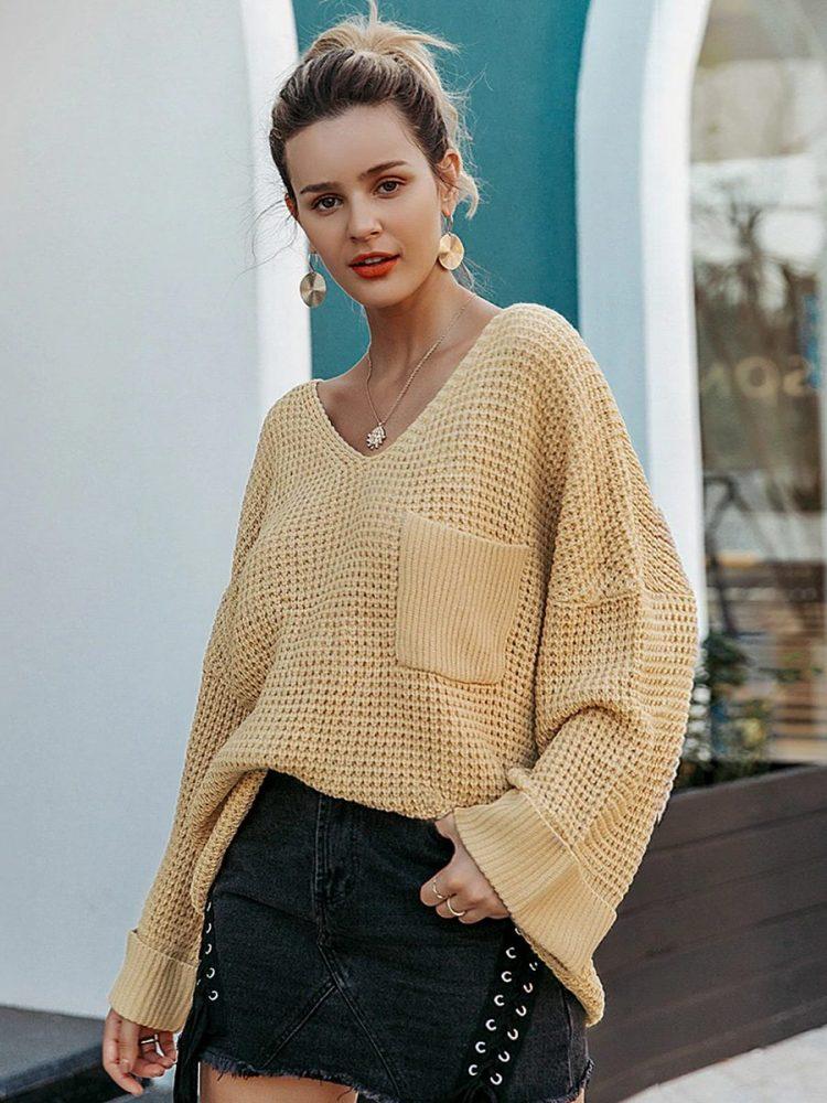 Musztardowy sweter w serek z kieszonką na przodzie 1
