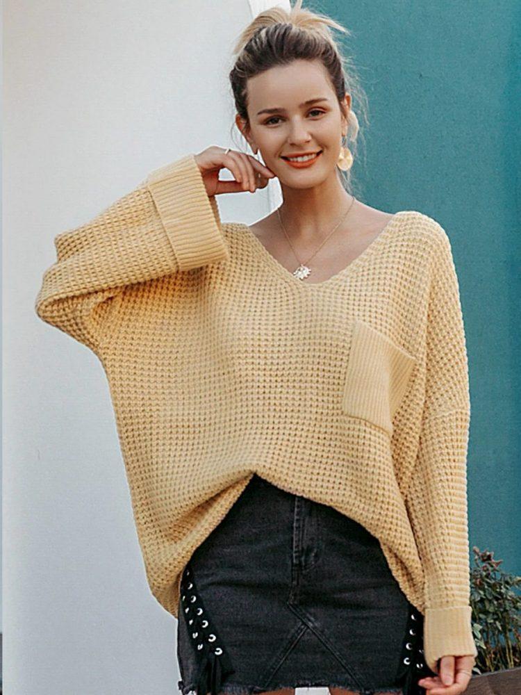 Musztardowy sweter w serek z kieszonką na przodzie 2