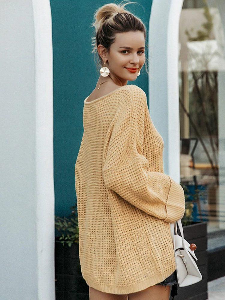 Musztardowy sweter w serek z kieszonką na przodzie 3