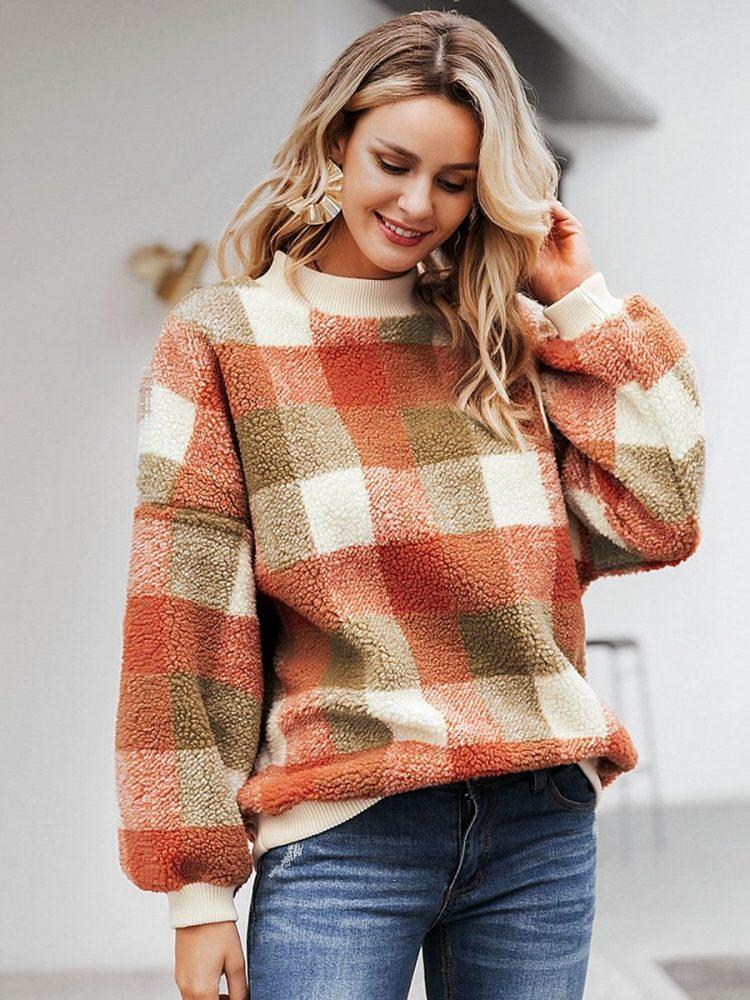 Polarowy sweter w kolorową kratę z półgolfem 4