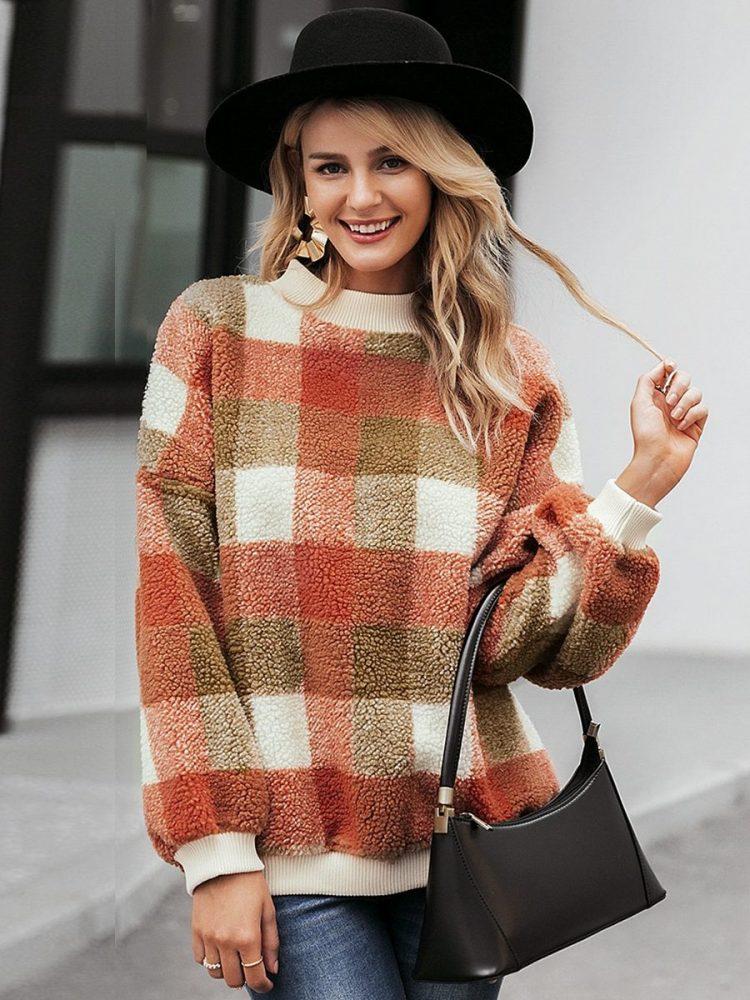 Polarowy sweter w kolorową kratę z półgolfem