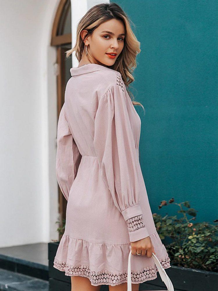 Pudrowa sukienka koszulowa z haftem i długim rękawem 2