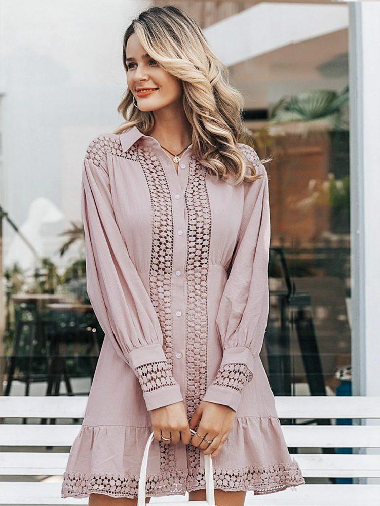 Pudrowa sukienka koszulowa z haftem i długim rękawem