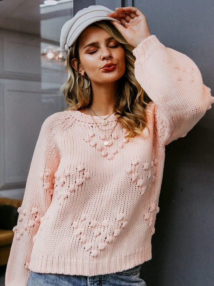 Pudrowy sweter z kulkami w aplikacje w serca 5