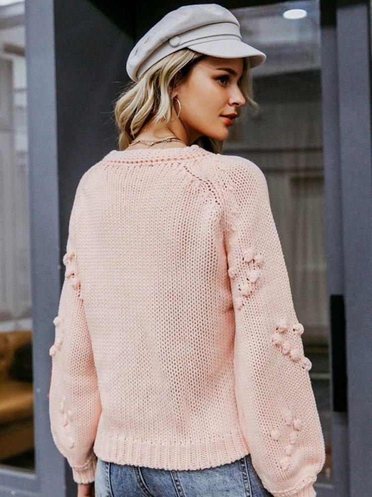 Pudrowy sweter z kulkami w aplikacje w serca 2