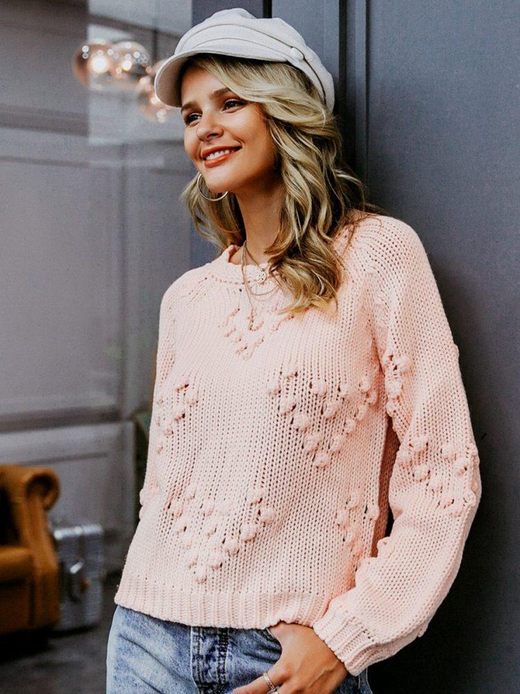 Pudrowy sweter z kulkami w aplikacje w serca