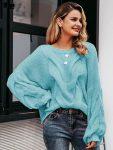 Turkusowy sweter oversize z przodu z grubym warkoczem