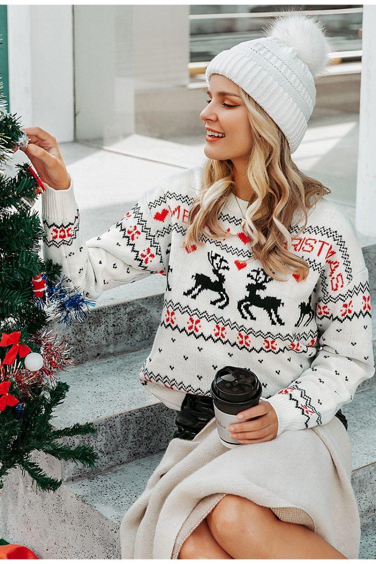 Biały świąteczny sweter damski z motywem reniferów