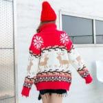 Czerwony golf sweter świąteczny z wystającym mikołajem w formie kieszeni 2