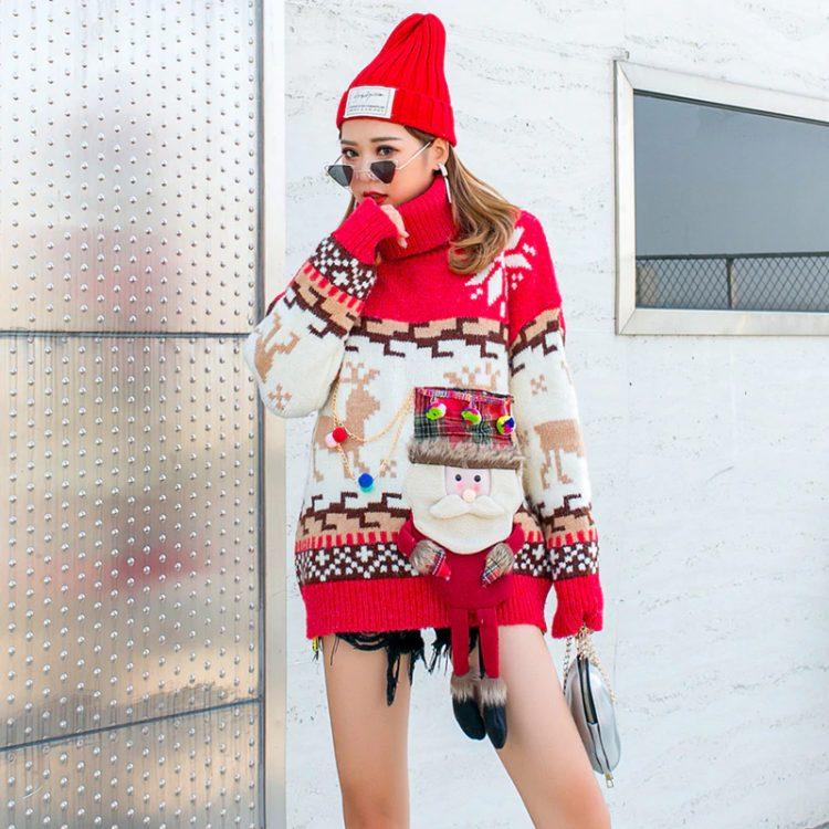 Czerwony golf sweter świąteczny z wystającym mikołajem w formie kieszeni 4