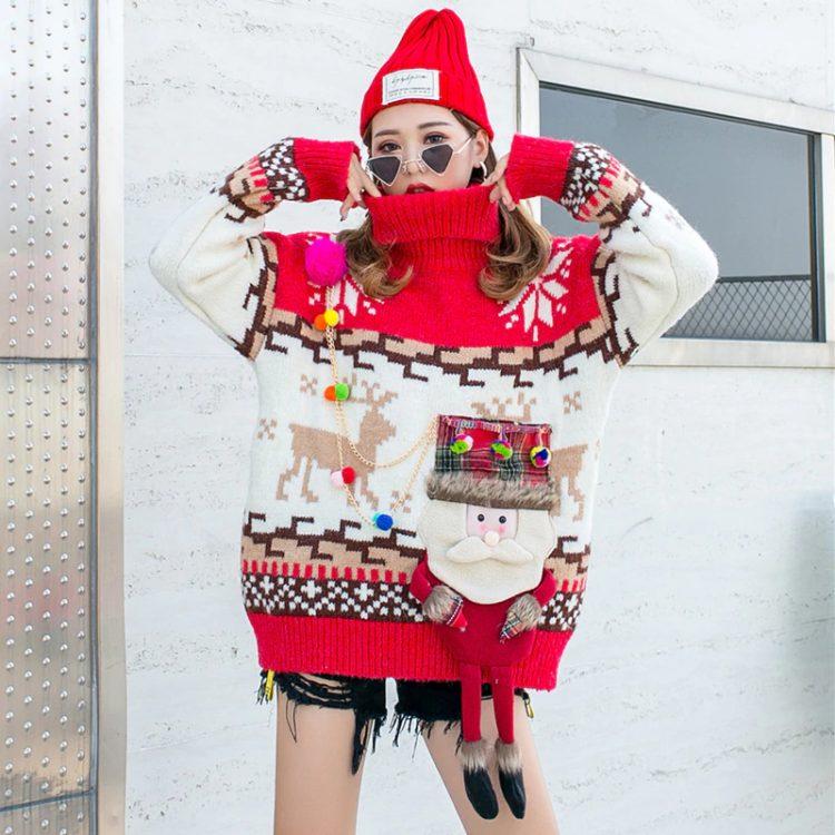 Czerwony golf sweter świąteczny z wystającym mikołajem w formie kieszeni 5