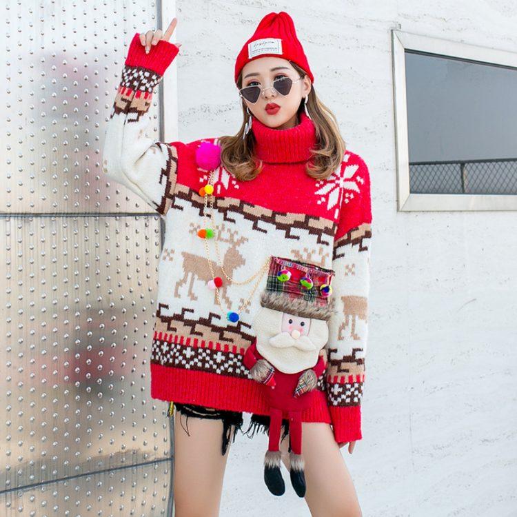 Czerwony golf sweter świąteczny z wystającym mikołajem w formie kieszeni 6