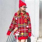 Czerwony świąteczny sweter w kratkę z naszywką w formie renifera 3D 1