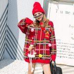 Czerwony świąteczny sweter w kratkę z naszywką w formie renifera 3D
