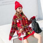 Czerwony świąteczny sweter w kratkę z naszywką w formie renifera 3D 2
