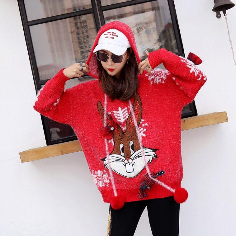 Czerwony wełniany sweter świąteczny z kapturem w białe płatki śniegu 1