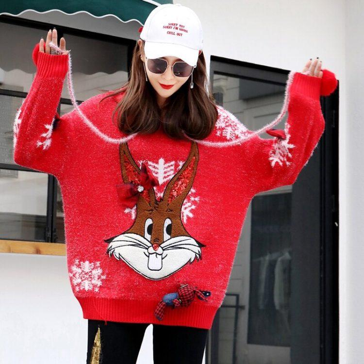 Czerwony wełniany sweter świąteczny z kapturem w białe płatki śniegu 3
