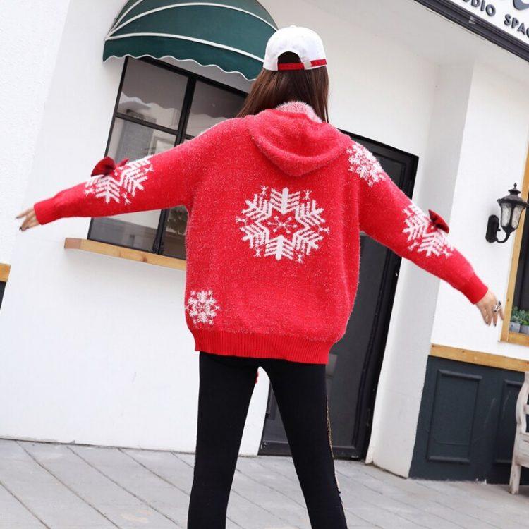 Czerwony wełniany sweter świąteczny z kapturem w białe płatki śniegu 5
