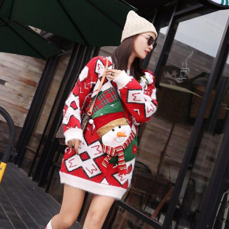 Długi sweter oversize w świąteczne wzory czerwono białe z aplikacją bałwana 2