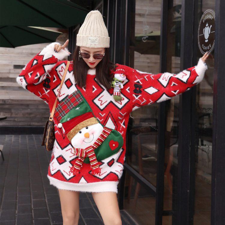 Długi sweter oversize w świąteczne wzory czerwono białe z aplikacją bałwana