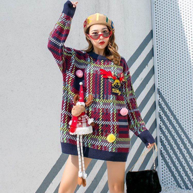 Granatowy damski świąteczny sweter w kratkę z przyszywanym reniferem maskotką 3D 1