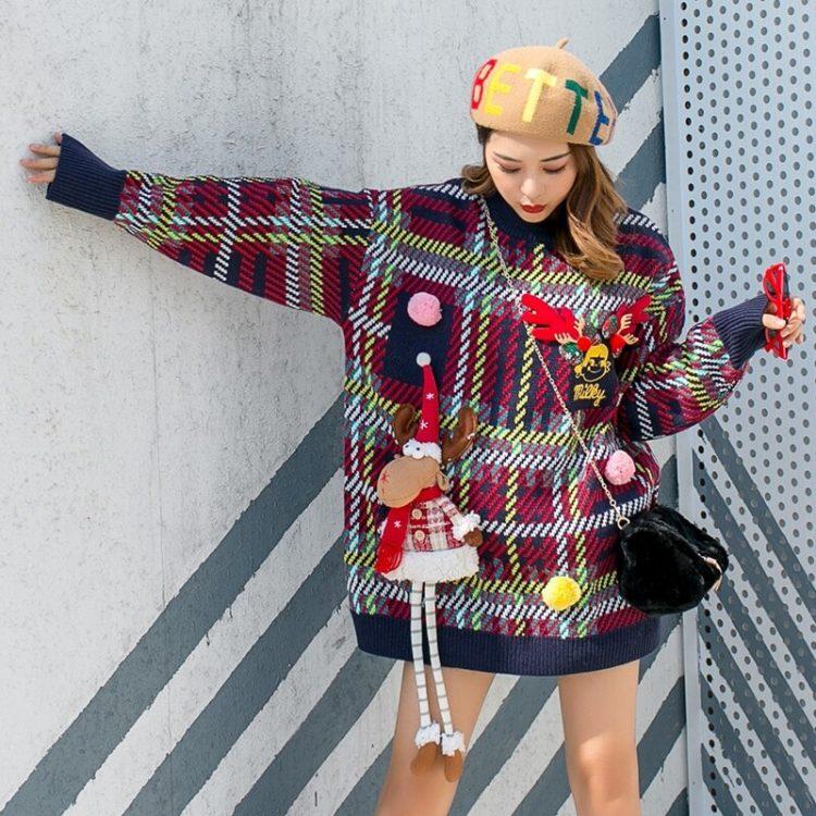 Granatowy damski świąteczny sweter w kratkę z przyszywanym reniferem maskotką 3D 2