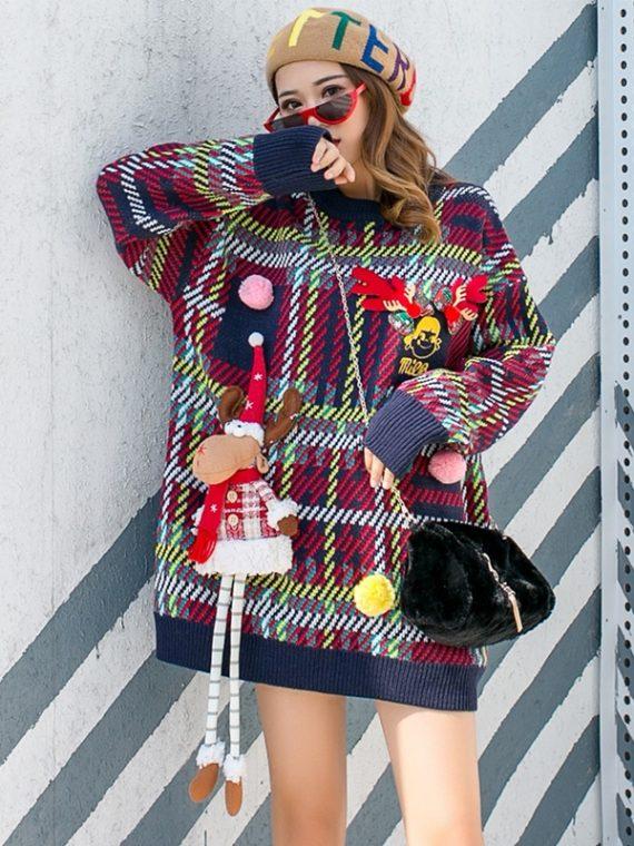 Granatowy damski świąteczny sweter w kratkę z przyszywanym reniferem maskotką 3D