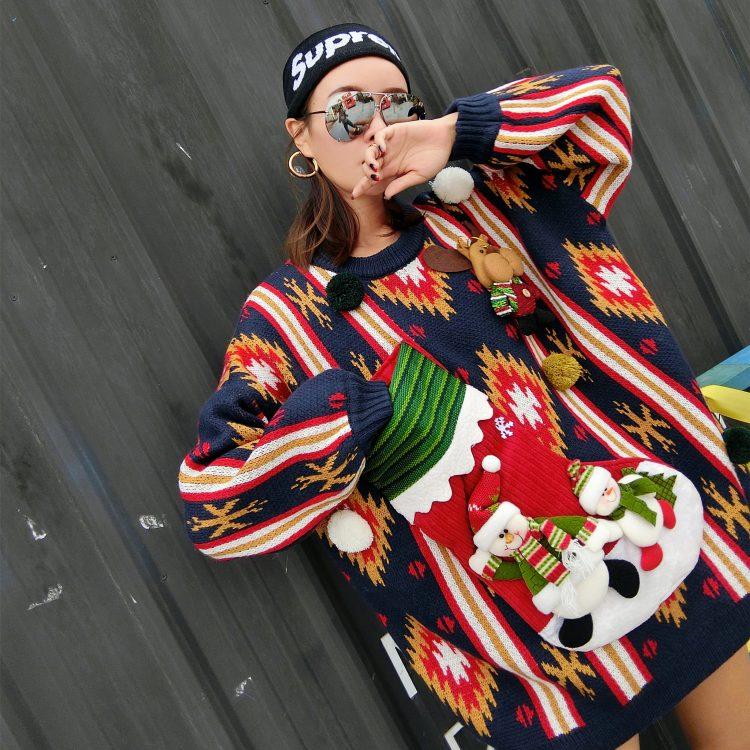 Granatowy sweter świąteczny damski bałwan z kieszenią na wino 1